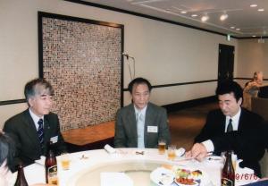 左:西村宗一郎校長先生、中:荒井康雄副校長先生、右:長谷川研治教頭先生(高27)
